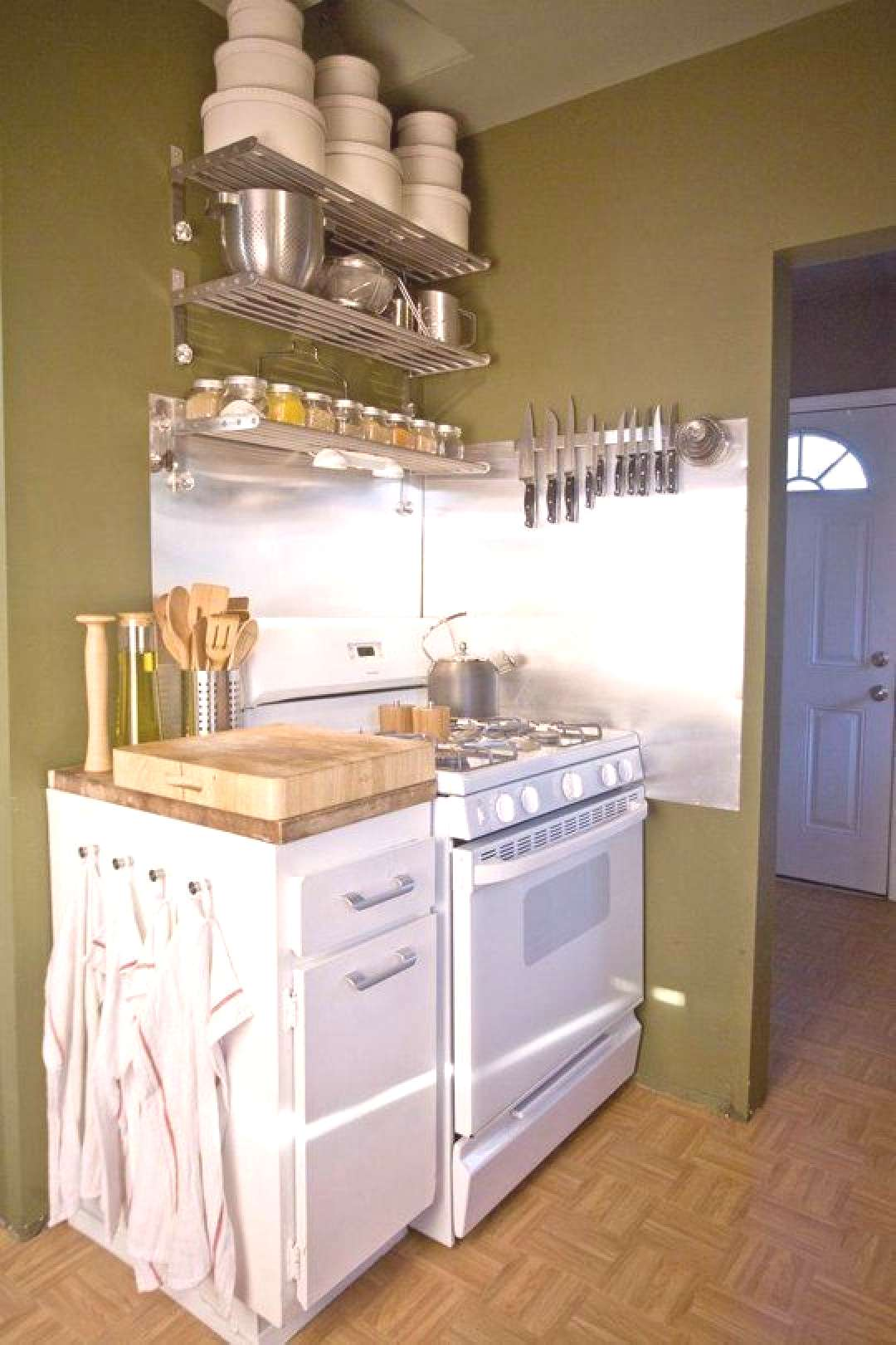California compact kitchen by Jaime,