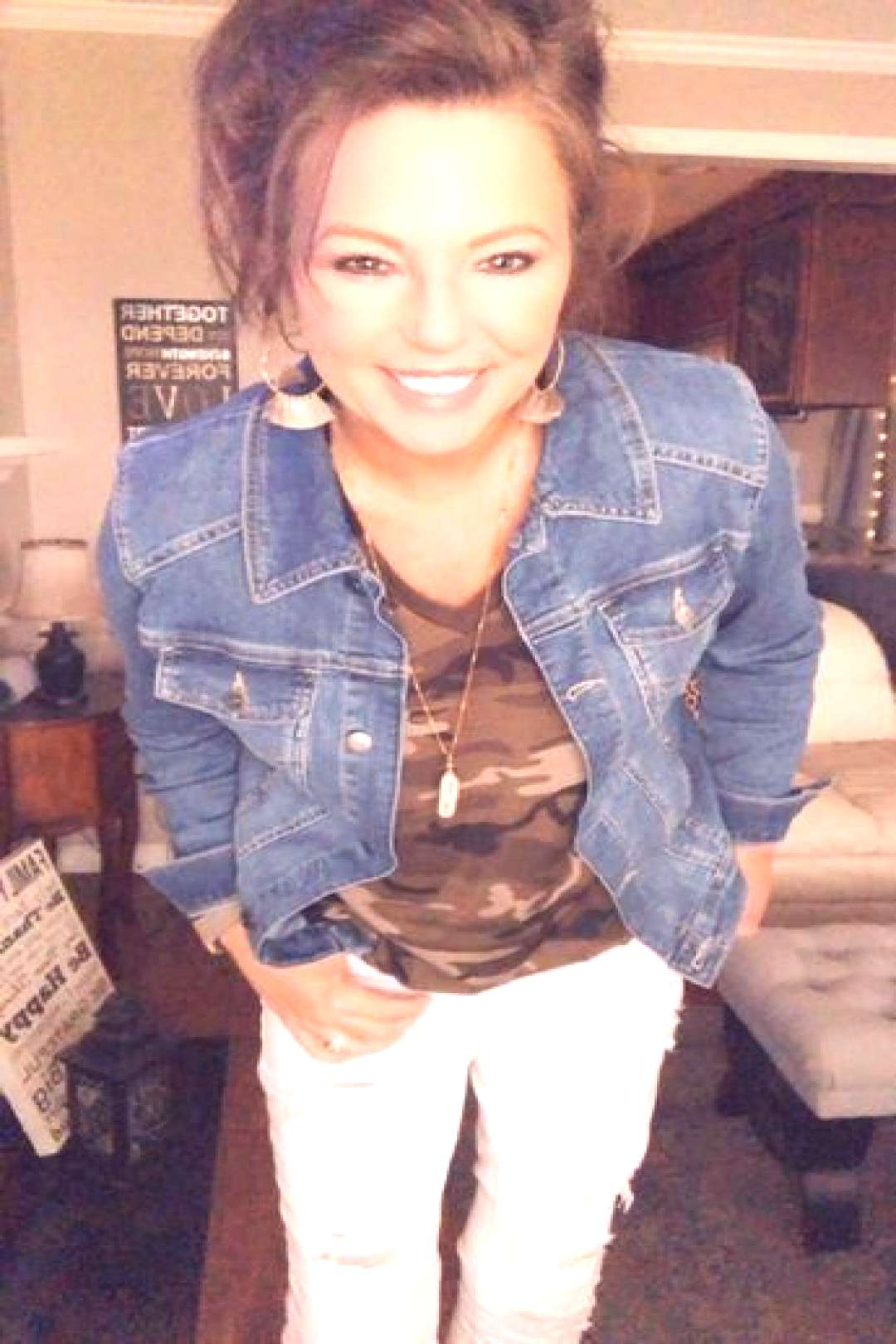 Rock the CAMO look with a denim jacket and white skinny jeans! See more outfit ideas for women over